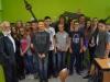 13 SchülerInnen des St-Marien-Gymnasiums, Berlin-Neukölln, mit Manfred Wenzel (l.)